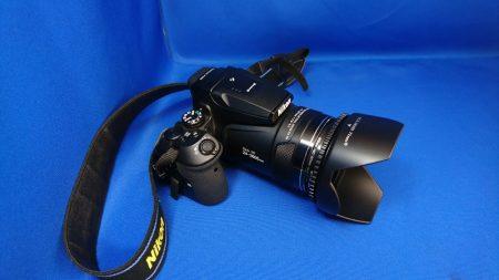 77mm の花形レンズフードを装着した状態