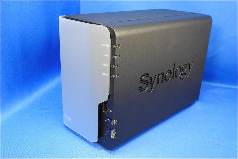 DiskStation DS218+ の開梱と外観。正面には、保護カバーが付いている。